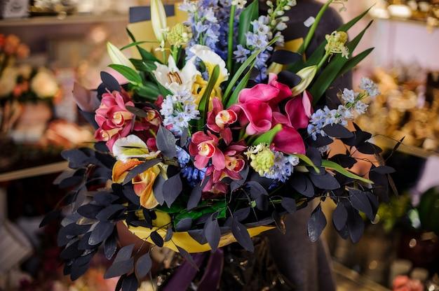 素晴らしい花の美しい花束を保持している女の子