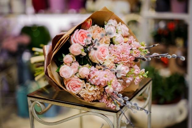 ネコヤナギで飾られたバラ色の花の素晴らしい花束