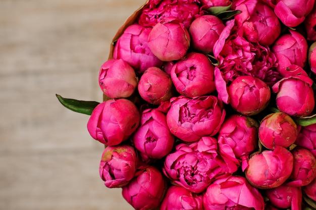 Стильный букет пионов розового цвета крупным планом