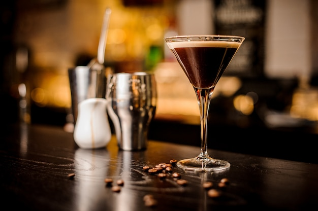 Эспрессо коктейль напиток белая пена кофейных зерен бар инвентарь