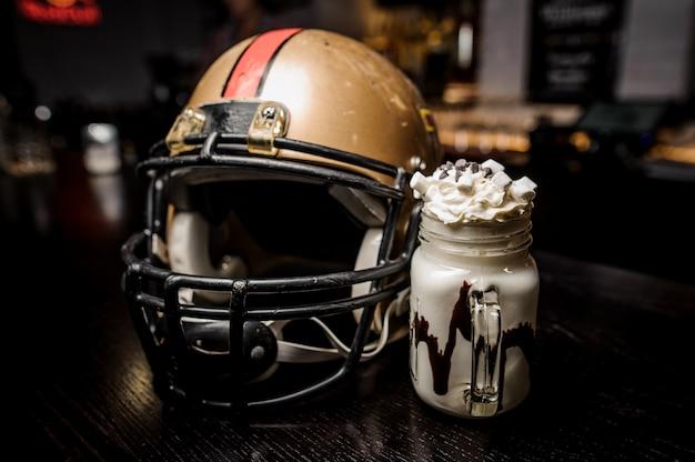 マシュマロとサッカーヘルメットとミルクチョコレートドリンク