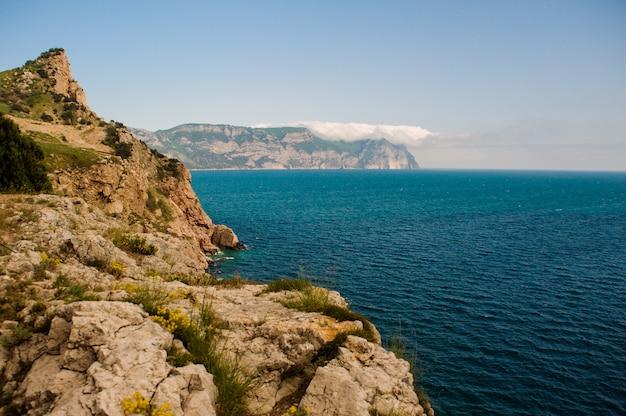 風景。山の高さから海岸と海への眺め