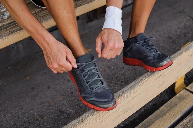 スニーカーの靴ひもを結ぶランナー