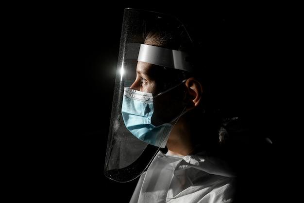医療用マスクと保護画面の少女のビュー