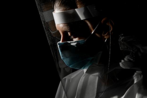 医療マスクと保護画面の少女の顔のクローズアップビュー
