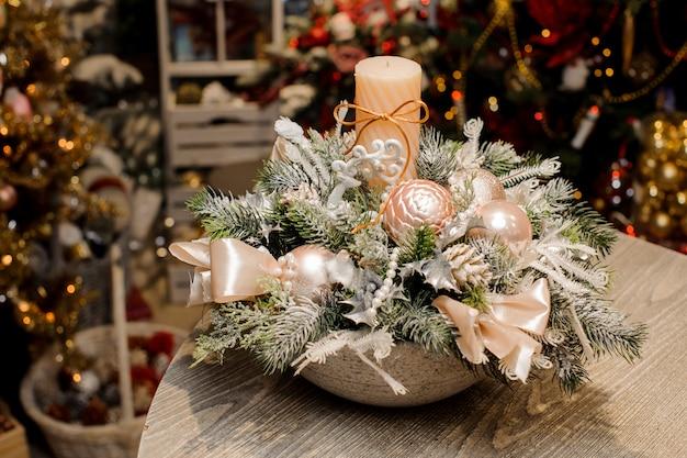 花瓶の美しいクリスマステーブルの装飾的組成物