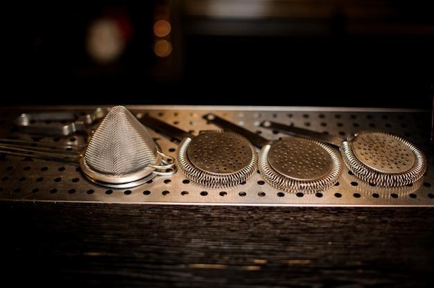 Набор профессиональных инструментов бармена, включая сита