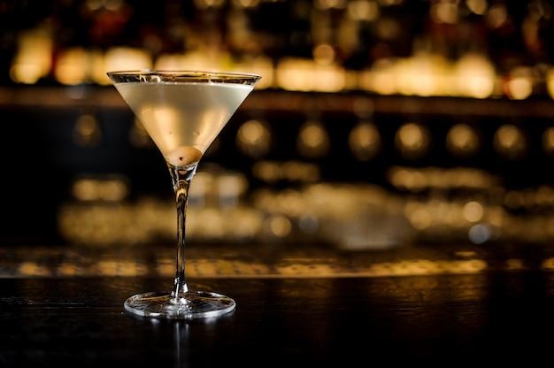 Элегантный бокал, наполненный вкусным и свежим грязным коктейлем