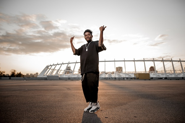 スタジアムの前に立っているアメリカ人の若い男