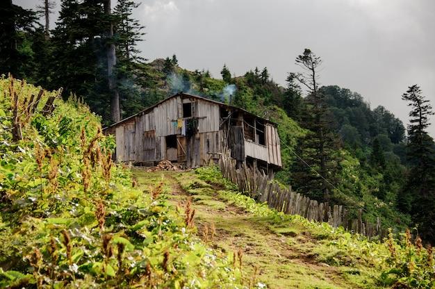 グルジア山脈の古い木造住宅