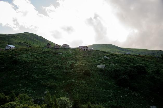 丘と複数の建物の風景