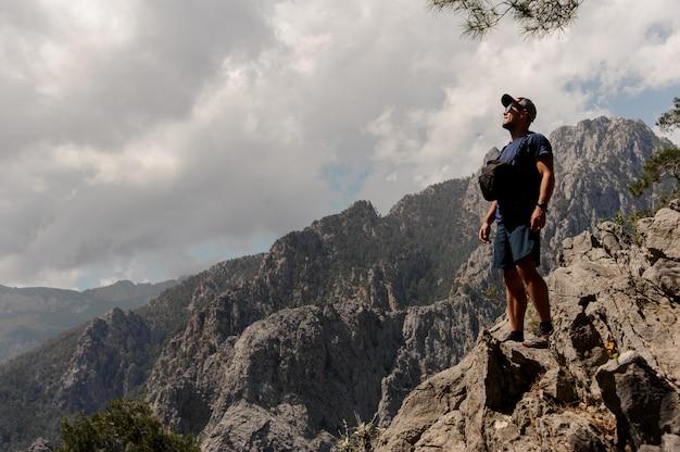 男は山の上に立っています