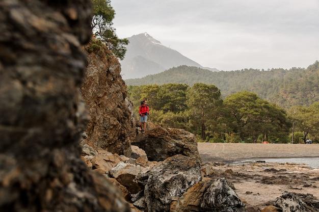 トルコの丘の上に立っている女性トレッカー