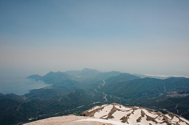 Пейзаж горной местности в снегу
