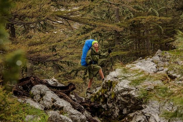 山の頂上まで歩いて女性ハイカー