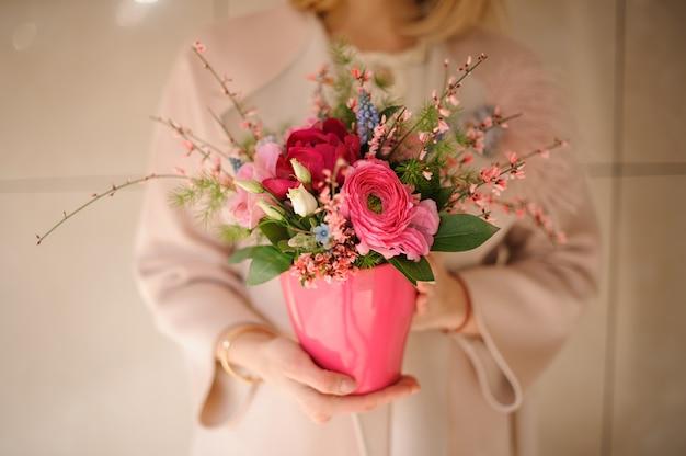 鍋にピンクの花のショットを閉じる