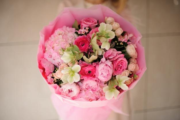 さまざまなピンクの花の花束のクローズアップ