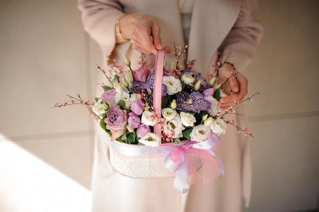 バスケットにさまざまな花の小さな花束