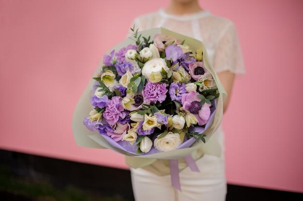 さまざまな紫色の花と花束のクローズアップ