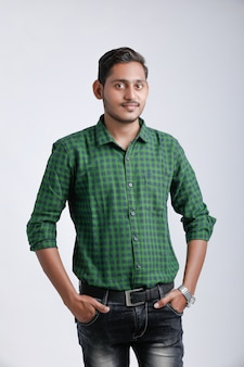 Молодой индийский мужчина мульти выражение