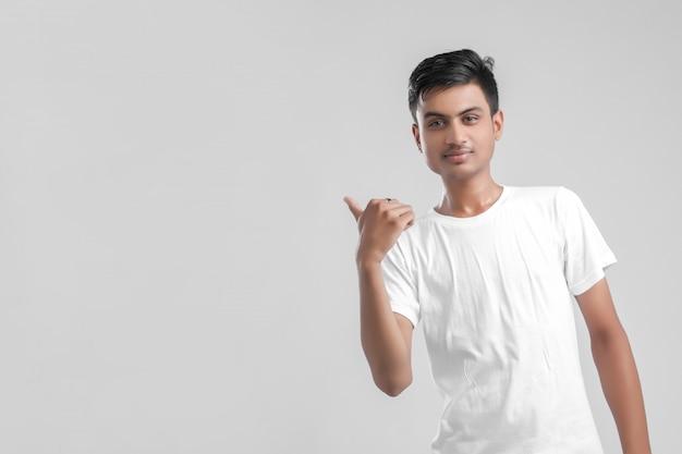 方向を示す若いインドの大学生