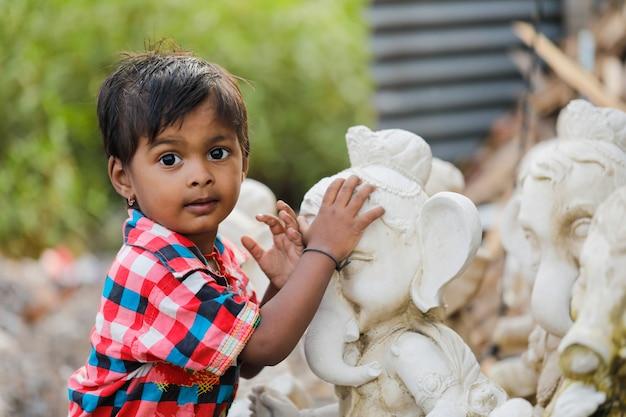 主ガネーシャと若いインドの子