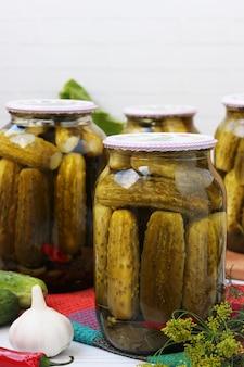 冬の収穫、白い表面の瓶にキュウリのマリネ