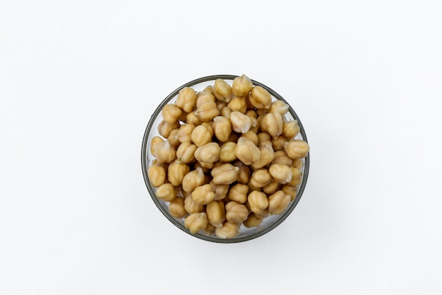 白の透明なボウルにゆでたひよこ豆、コンセプトは健康的な食事、、トップビュー