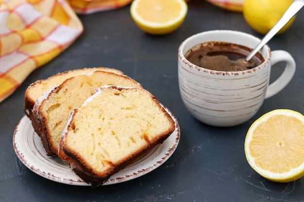 Лимонный кекс на тарелке с чашкой кофе