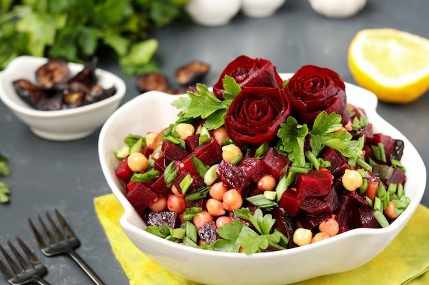 Салат из нежного нута и свеклы, украшенный розами из свеклы в белой салатнице