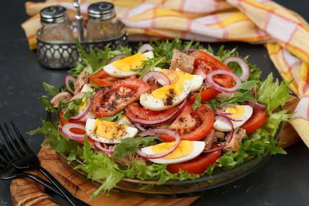 ツナ缶、トマト、鶏の卵、赤玉ねぎのオーガニックサラダのヘルシーサラダ。