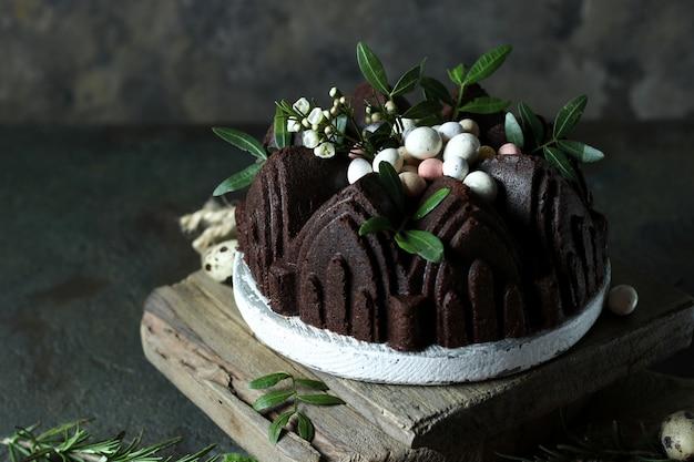 イースターカップケーキは暗い背景にあります。