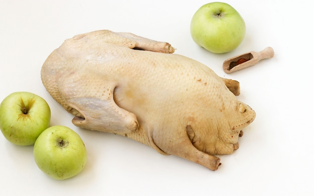 白で隔離されるリンゴとコショウ調味料と生のアヒル
