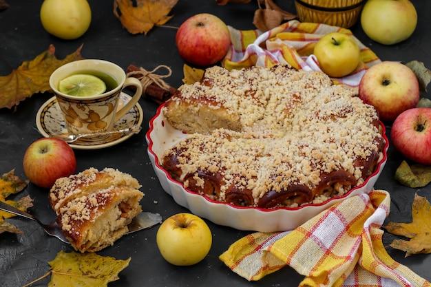 Пирог с яблоками расположен в керамической тарелке