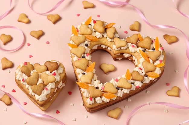 バレンタインデー、誕生日、母の日、上からの眺めのためのハート型のケーキ