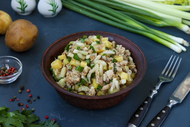 Салат с картофелем, скумбрией и сельдереем, заправленный горчицей и оливковым маслом