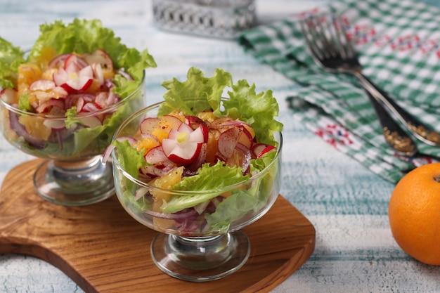 レタスと赤玉ねぎの大根とオレンジのヘルシーサラダ、モロッコ料理、横向き