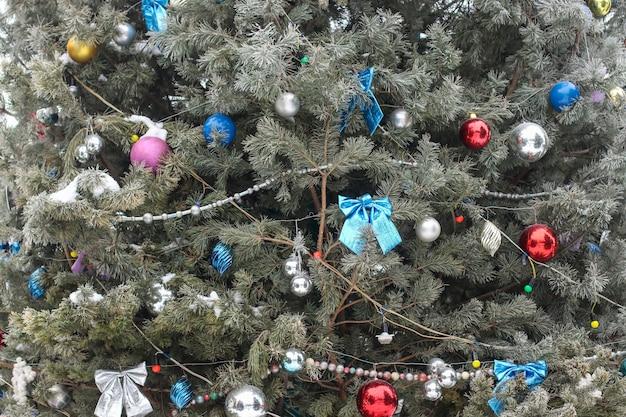クリスマスの花輪と公園のおもちゃ、クリスマスツリーの霜、クリスマスカードで飾られたクリスマスツリーの詳細