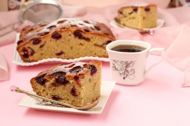 チェリーのパイは、皿の上のピンクにあります
