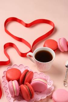 Вкусные сладкие миндальные печенья в фигурной тарелке на розовом