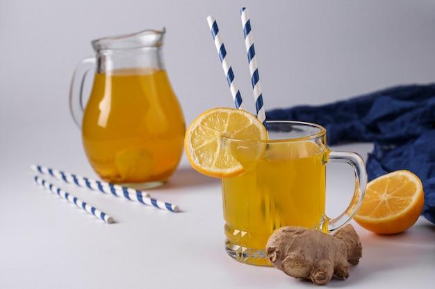 レモン、ジンジャー、ハチミツ、ウコン、白い表面、水平方向、クローズアップの自家製爽やかなドリンク