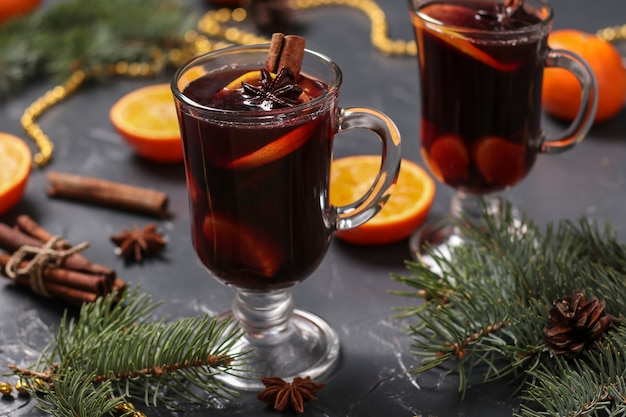 クリスマスは、暗い表面、水平方向のホットワインとみかん