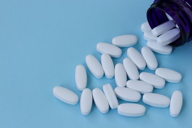 関節を強化するビタミン、明るい青の背景にグルコサミン、コピースペース