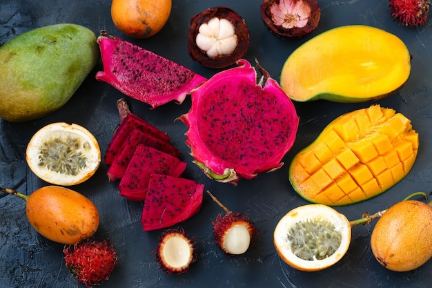 Тропические фрукты: фрукты дракона, маракуйя, мангустин, рамбутан и манго