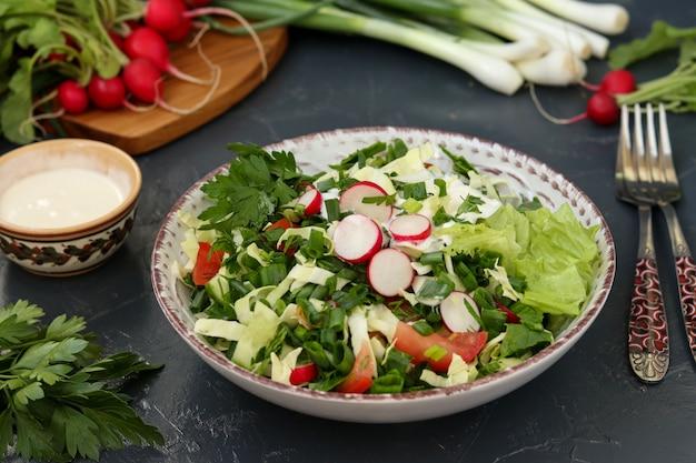 Полезный салат из свежих овощей: редька, огурцы, зеленый лук, петрушка, помидоры, капуста и шпинат
