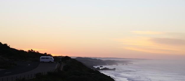 海岸の静かな夕日
