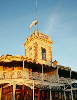 Здание гостиницы с балконом