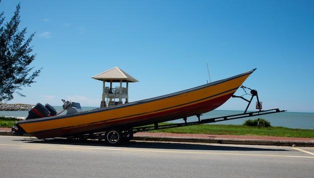 岸にボート