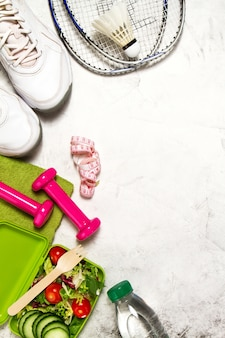 サラダやピンクのダンベル付きスニーカー