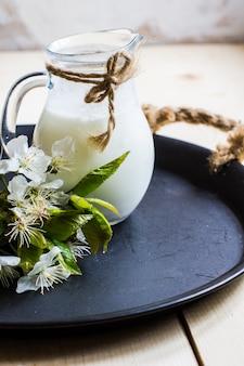 素朴なテーブルの上の牛乳